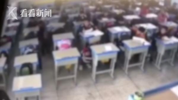 一旁的同学吓得纷纷捂着耳朵躲在桌子下。