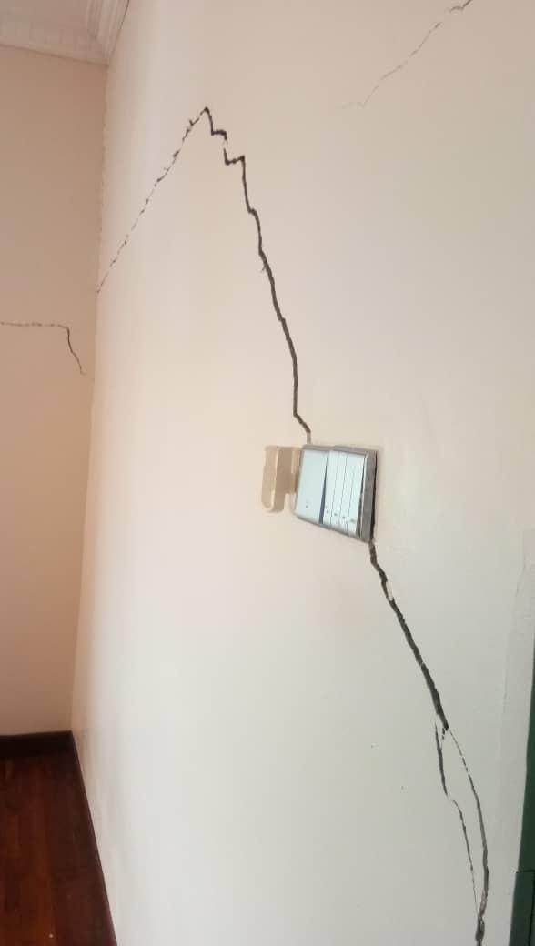 地陷,墙壁龟裂,这家不安全