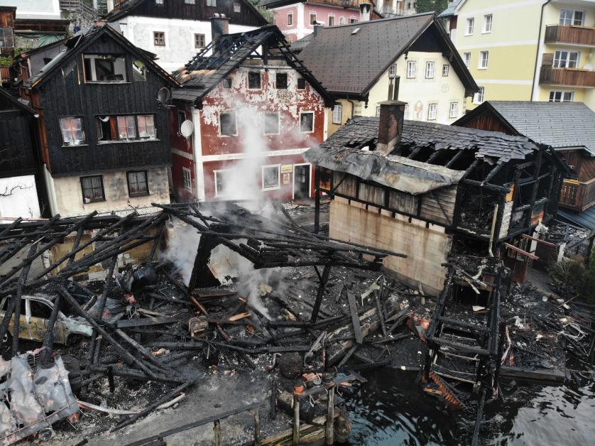 哈尔施塔特部分木造建筑被大火夷为平地。(法新社)