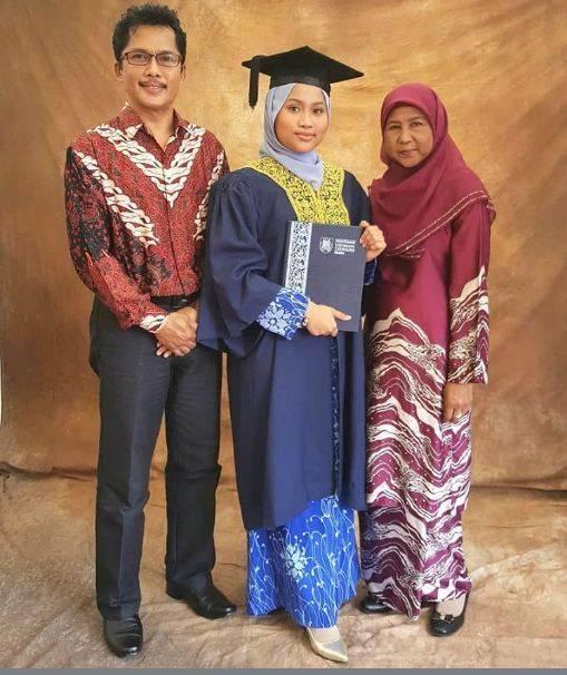 纳西尔(左)离世,留下妻子(右)和22岁的女儿。