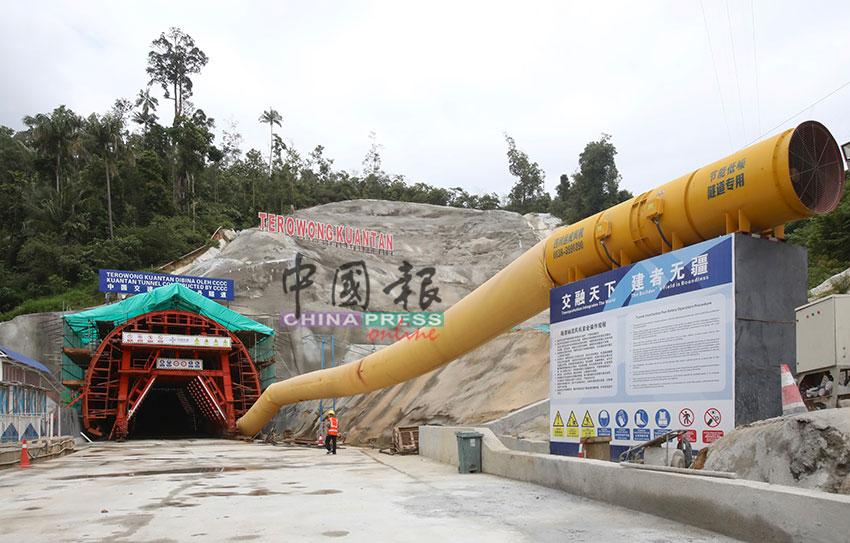 全长2.866公里的关丹隧道,入口处设有大型抽风机,确保建筑期间隧道内通风良好。