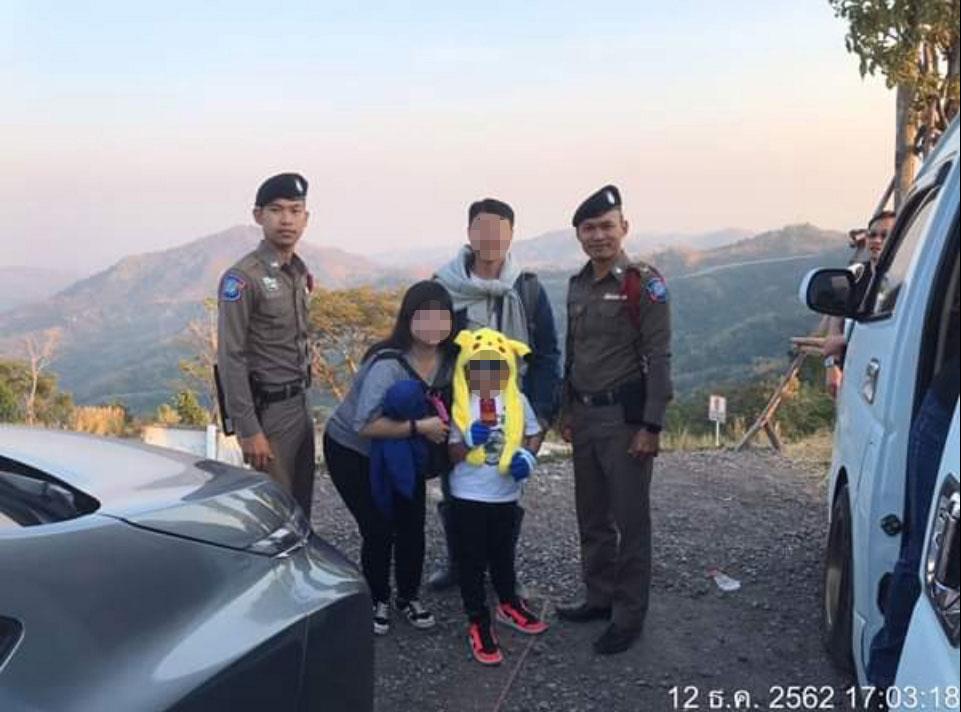 当地旅游资讯网站上载一家三口与警员的合照,他们出院后状况良好,将继续在泰国的旅程。(取自面子书)