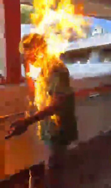 """李男被人点火,瞬间变成""""火人""""。"""