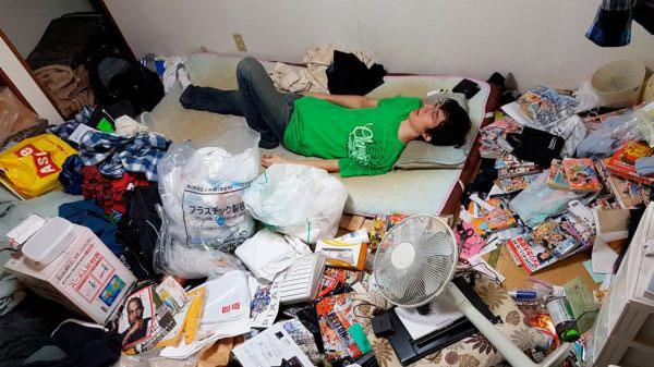 一名日本年轻人独自蛰居在千叶市家中,房间堆满杂物凌乱不堪。