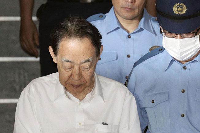 日本前高官熊泽英昭(左),遭东京法院判处6年有期徒刑。(美联社)