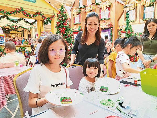 到广场享受圣诞气氛的同时,还可以亲手制作饼干。