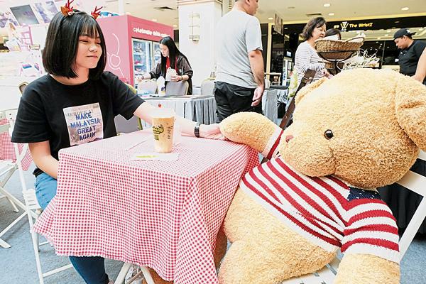 """浪漫小镇上,还可以和泰迪熊""""约会""""来一杯咖啡度过美丽的午后。"""