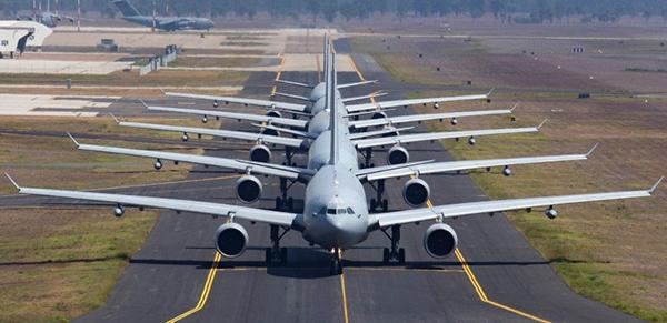 """5架KC-30A多用途加油机在机场跑道""""大象漫步"""",展现澳洲皇家空军的战略空运能量。"""