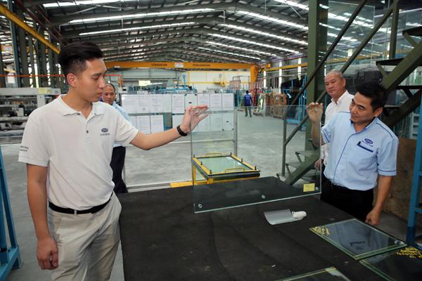陈友翰(左)及苏金章联手展示建筑物使用的安全玻璃。