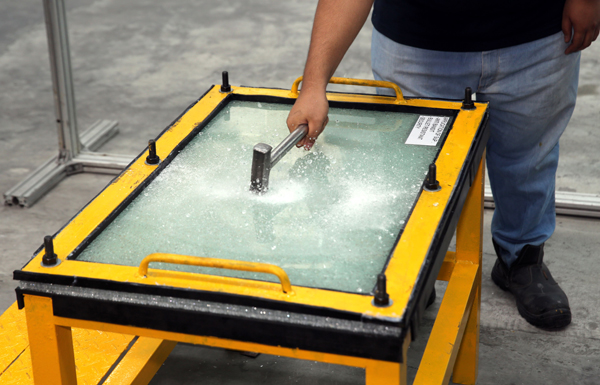 夹胶玻璃是玻璃级别中最高等次的玻璃,也是最安全的玻璃,即使破碎后都是呈颗粒状,不易割伤人。