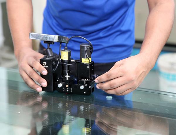 南興玻璃集团的钢化玻璃,可说是超越国际标准值,其表面压缩应力超过1万psi,达到1万4000psi。南興玻璃集团的钢化玻璃,可说是超越国际标准值,其表面压缩应力超过1万psi,达到1万4000psi。