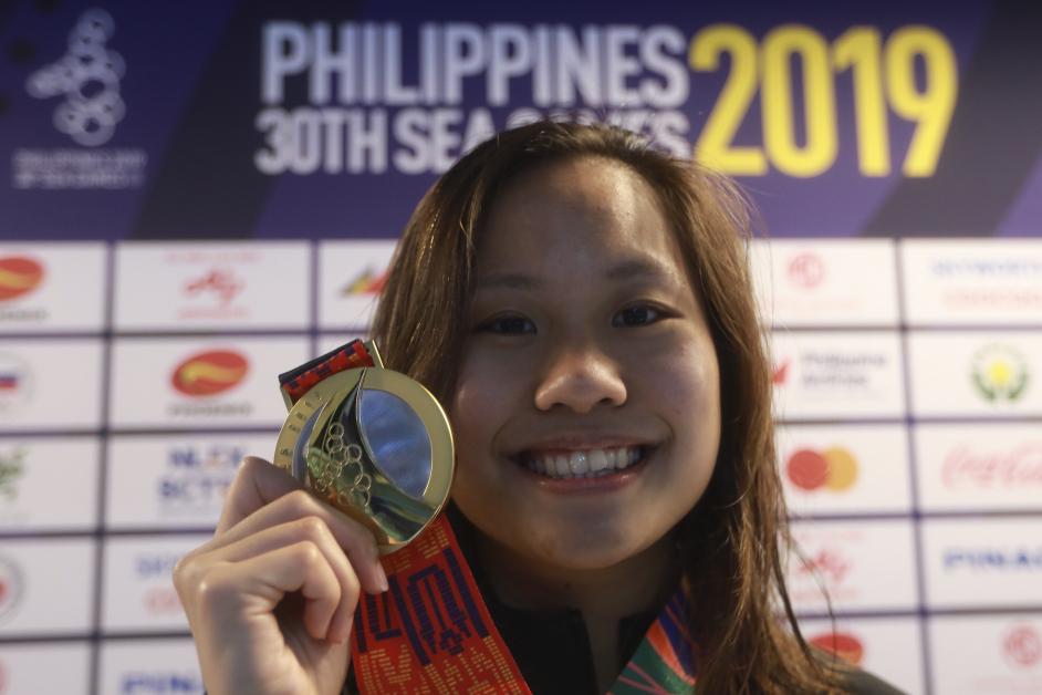 彭靖恩展示50公尺蛙泳金牌。(马新社)