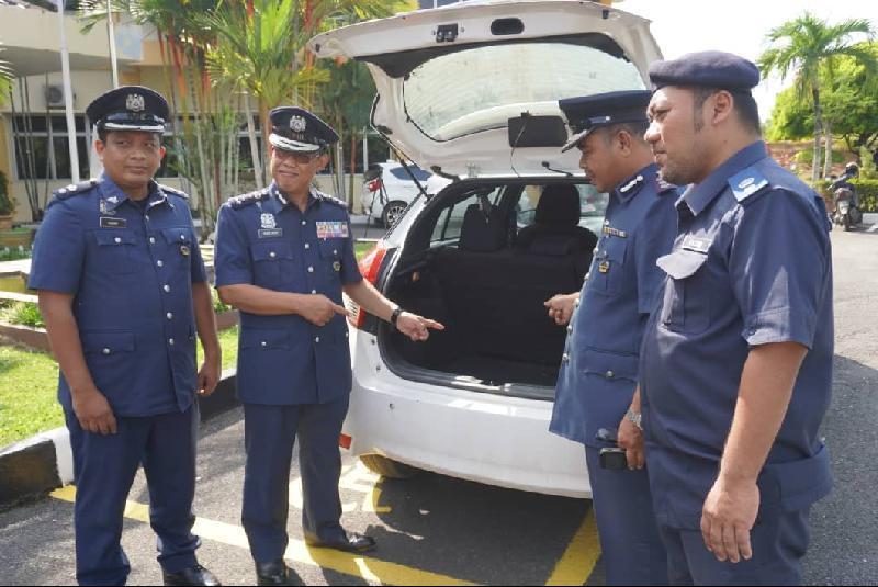 执法人员在车后厢,起获大量现金。