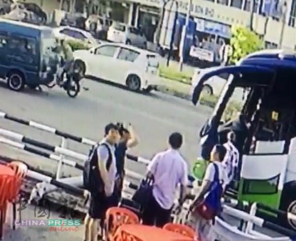 黄进仕(图右上角)骑摩哆猛撞停泊在路肩的货车。