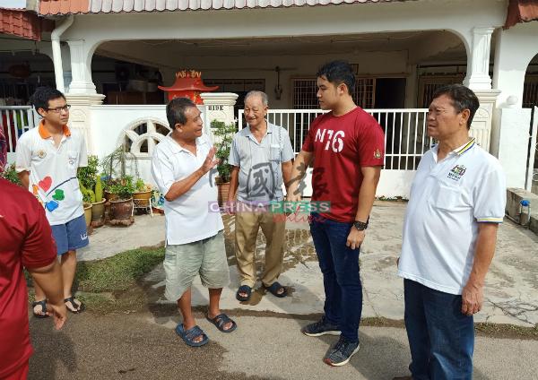 郭子毅(右2)向居民了解情况。