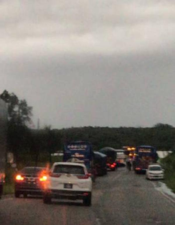 丰盛港往新山路段淹水,巴士和罗厘也无法通行。
