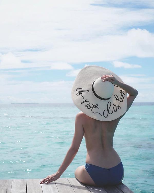 胡定欣裸背秀完美曲线。