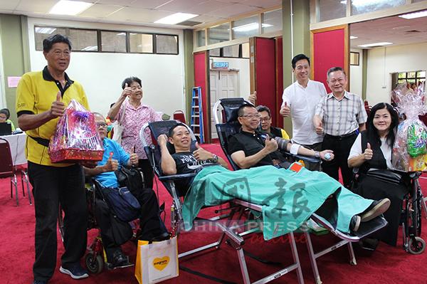 会员们也为捐血运动献血,左5起为叶燕泉、胡栋强、戴良成与郑丽娟。