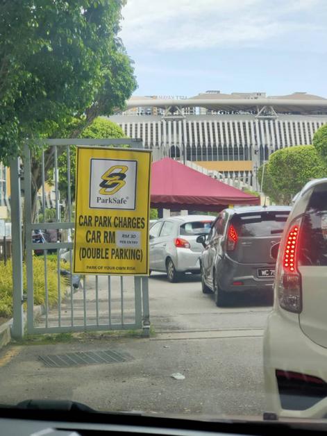 """林俊傑開唱當天,體育場的停車費暴漲至30令吉外,門外的牌子還""""強制性""""註明可以雙重泊車。"""