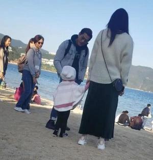 郭富城一家四口沙滩游玩