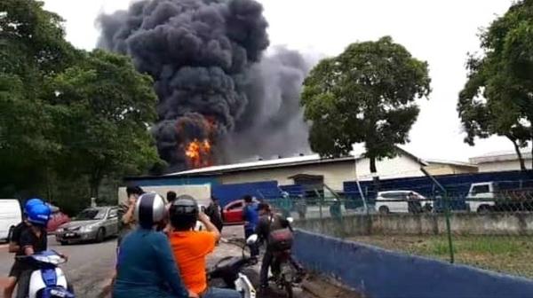 晋巷工业区一家溶锡厂火灾,火势猛烈,引发民众关心。
