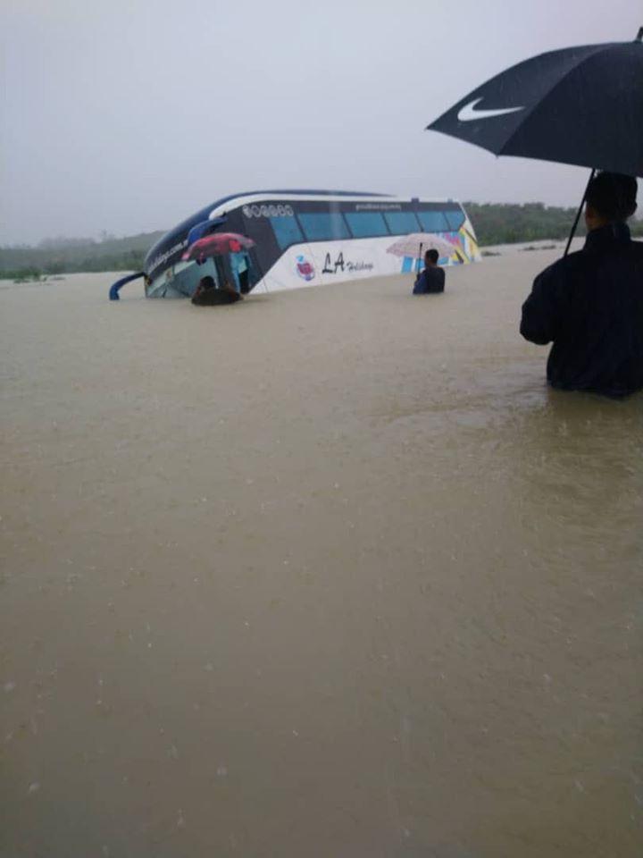 巴士浸泡水中 乘客击破玻璃逃生