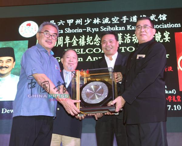 刘盘龙(右)在莫哈末阿里(左起)及陈木生的见证下,颁发贺顿给郑国球。
