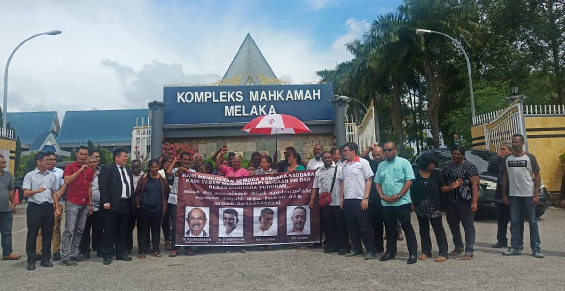 被告家属在退庭后,聚集在法庭大厦外拉横幅,以表示不满被告遭扣留近两个月,未能获保。