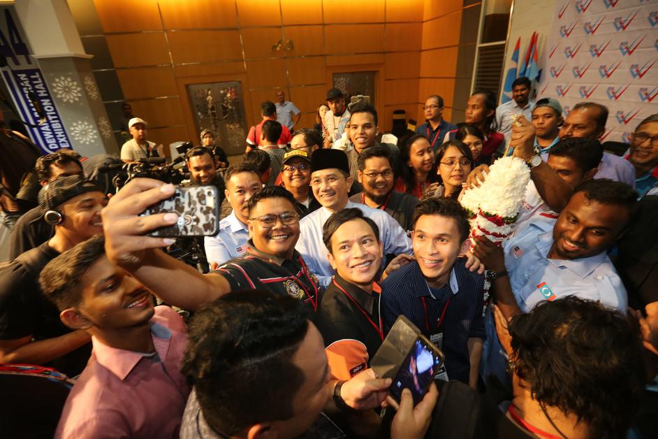 媒体在记者会后争相与阿兹敏阿里自拍。