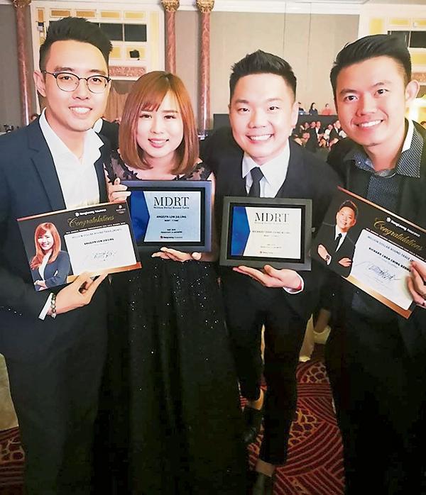 曾进强(左3)与团队成员刘佳伶(左2),一起获得美国百万圆桌会员奖,共创高峰。