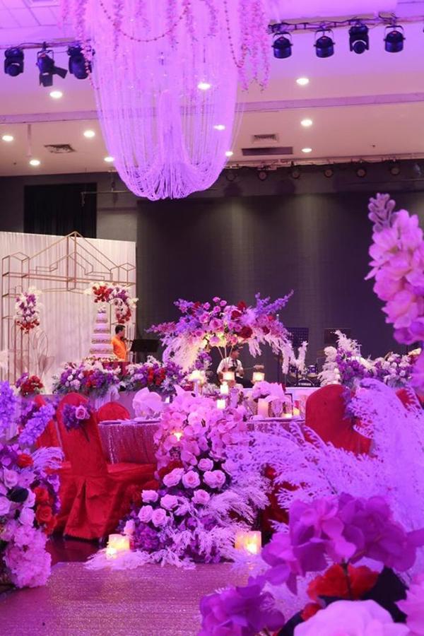 一对新人在以花卉设计的婚姻排场,羡煞旁人。