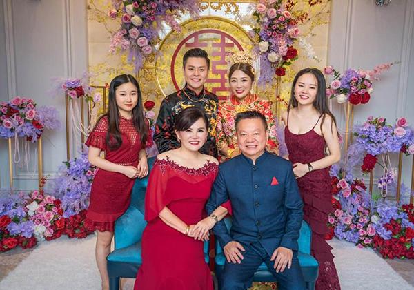廖方金和郑金虹夫妇,与子女和媳妇合拍全家福。