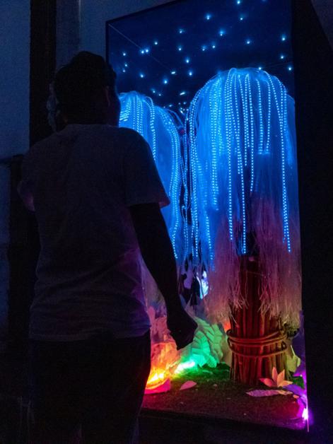用户通过戴在头上的仪器,发出的脑电波就会影响屏幕上树木的色彩。