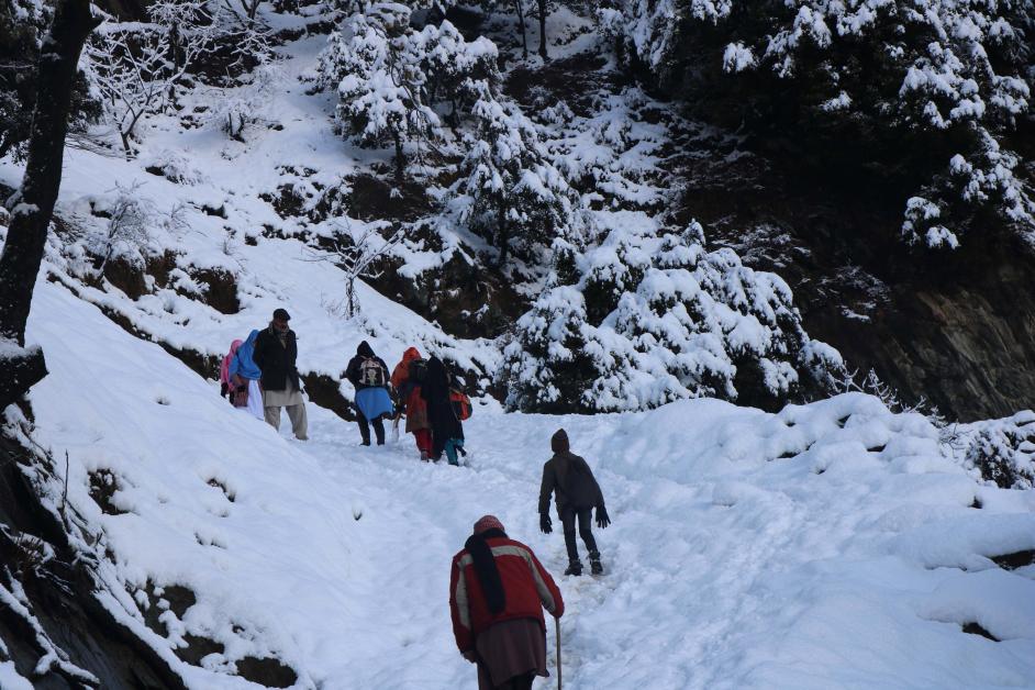 爬山客14日在克什米尔地区的尼勒姆谷爬雪山。(欧新社)