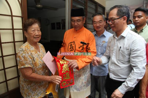 阿德里(左2)赠送春联给东街纳组屋居民。右起为刘志良及邱培栋。