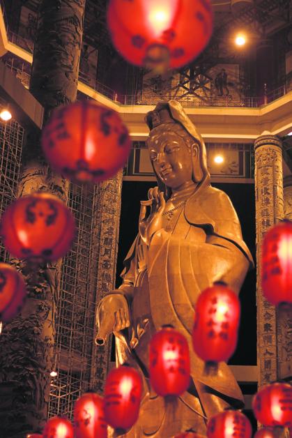 观音圣像高三十公尺,耗资千万令吉打造,是极乐寺一大看点。