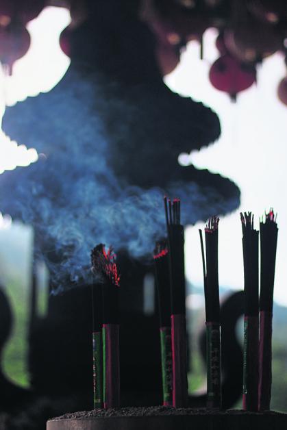 新春期间,是佛教子弟供香的大好日子,祈求新的一年平平安安。
