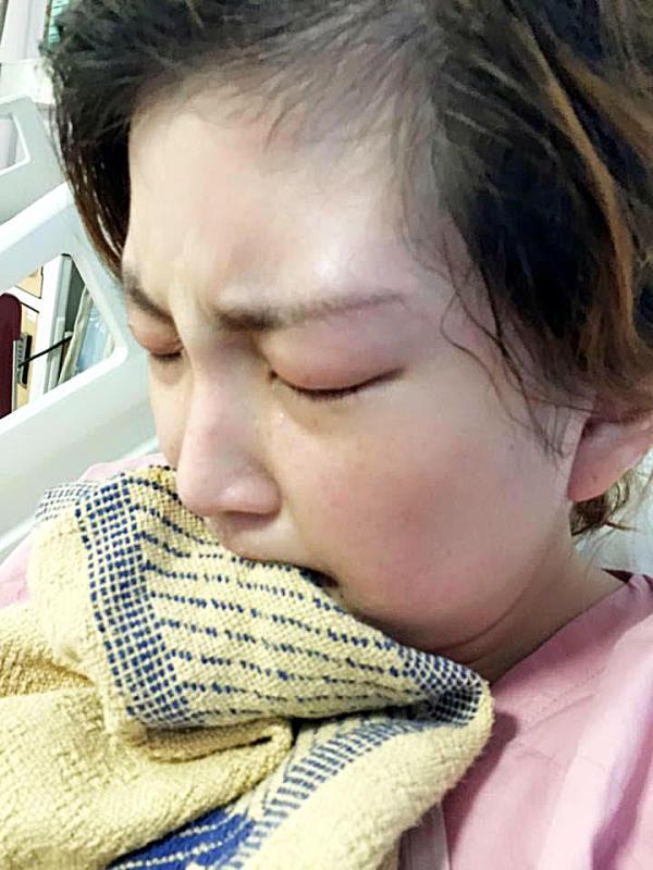 由于对止痛药敏感,连湘怡其中一次入院时痛得咬被单。