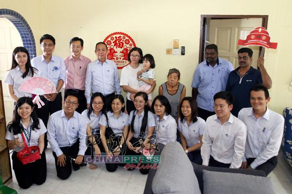 IJM Land职员在胡天成(后排左4)率领下,到吴君莉(后排右4)的住家送上新年祝福。后排左3为谢琪清。