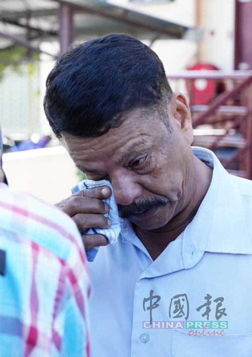 忍喪妻之痛的古納斯格然難使用手帕抹眼淚。