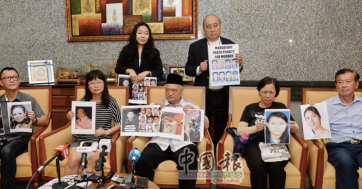 多名受害者家属强烈反对废除强制死刑,前排左起为王耀辉、黄惠芳、曼梳依布拉欣、陈秀婈与徐国辉,后排左起为邓惟浰和彭茂燊。