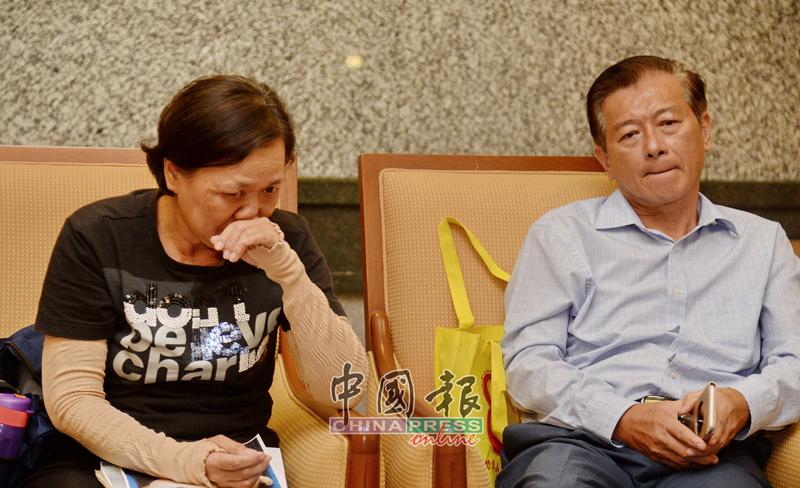 陈秀婈(左)忆起女儿多度哽咽落泪,右为徐国辉。