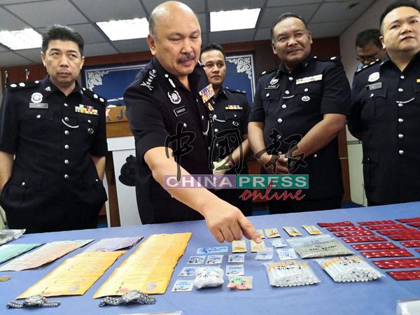 莫哈末卡马鲁丁(左2)指毒贩推销含大麻香烟。