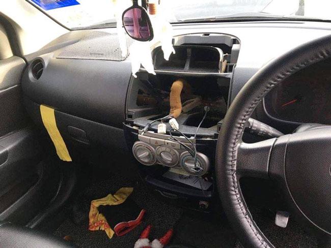 匪徒利用工具撬开及偷走车内的数码光碟播放机。