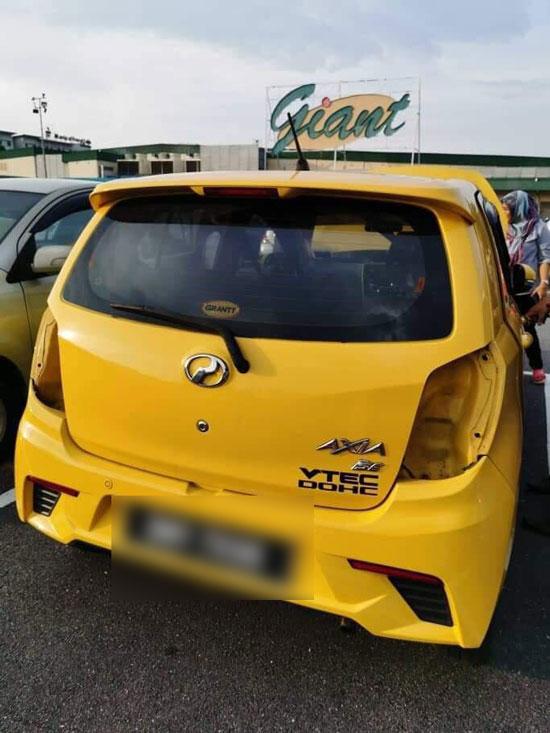 车子的后车灯也被匪徒偷走。