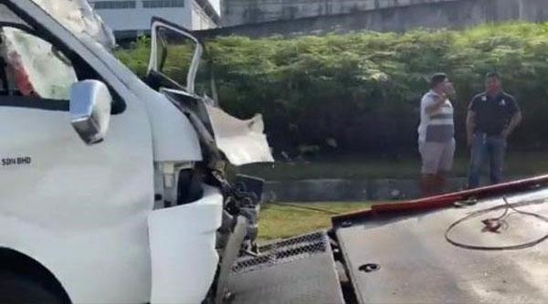 肇祸的旅游客货车车头严重毁损。