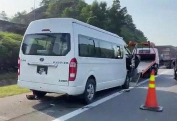 肇祸的旅游客货车车身无损。