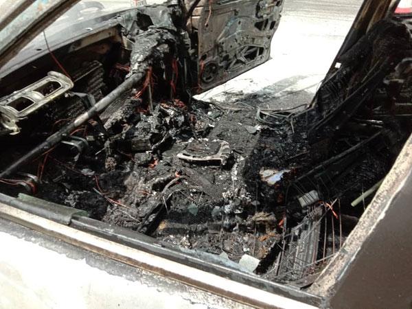 轿车内部被烧焦得满目疮痍。