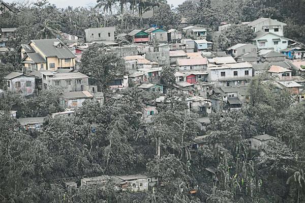 塔盖泰岭的房子被火山灰覆盖。(法新社)