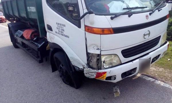 小型罗厘被撞及车首右边。